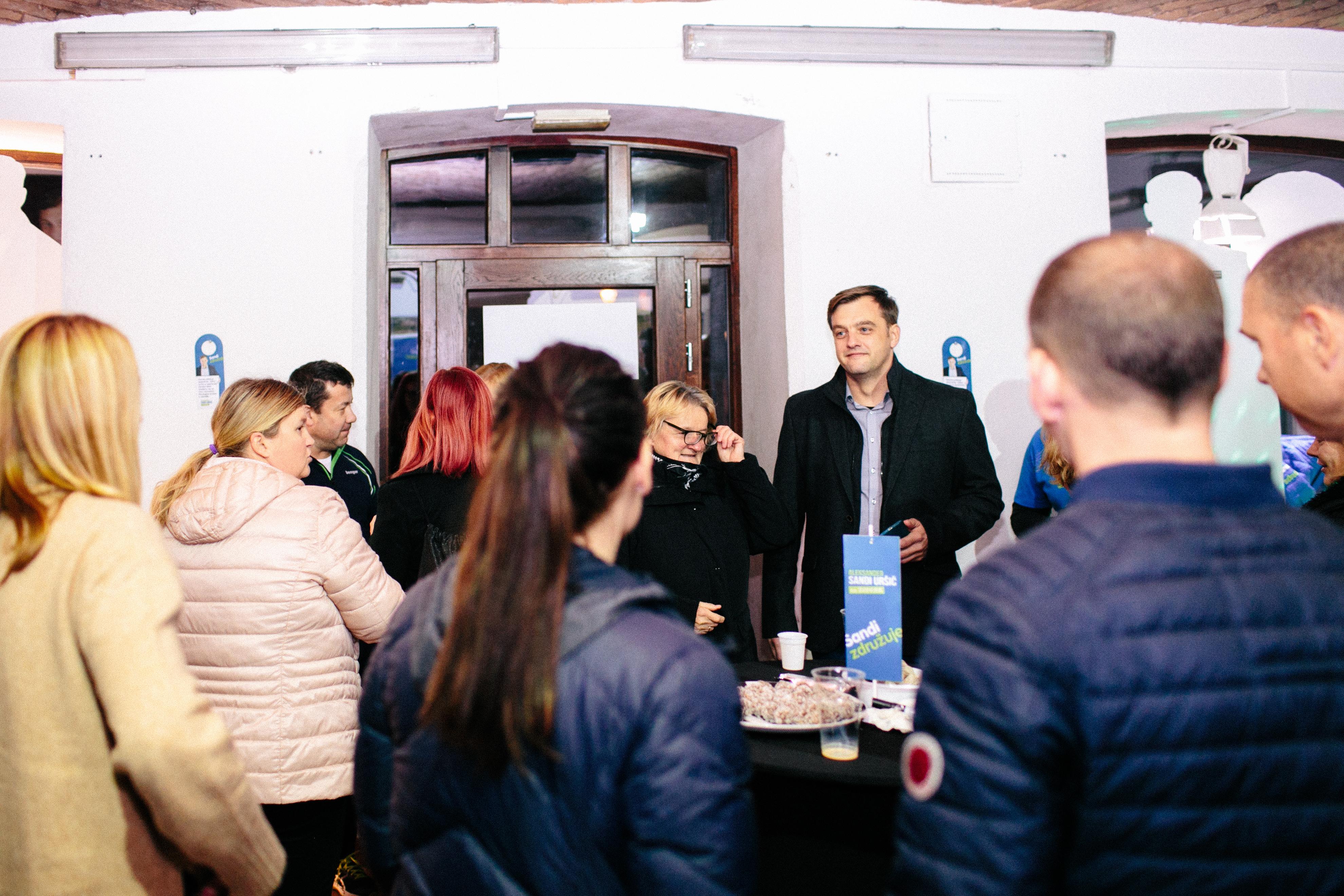 Nedeljsko pozno popoldne in večer je ekipa Sandija Uršiča na čelu z županskim kandidatom in številnimi podporniki preživela v volilni pisarni na Glavnem trgu 13 v Kamniku.